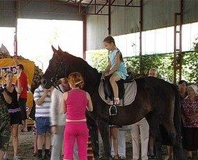 Дітей на Прикарпатті лікуватимуть коні