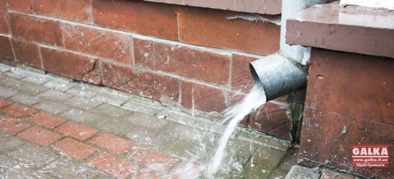 Наслідки дощів не забарилися. Рятувальники кажуть про перші підтоплення будинків
