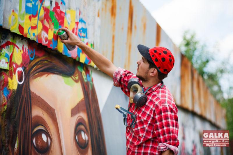 Майстри стріт-арту прикрашають сірий мур на вулиці Мельника