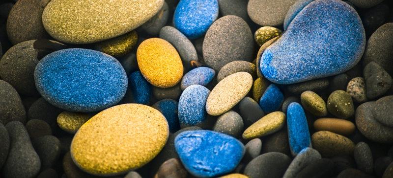 Діти продають синьо-жовті камінчики, аби назбирати гроші для армії
