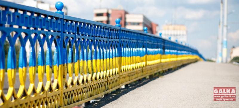 У передмісті Івано-Франківська розмалюють міст у кольори прапора