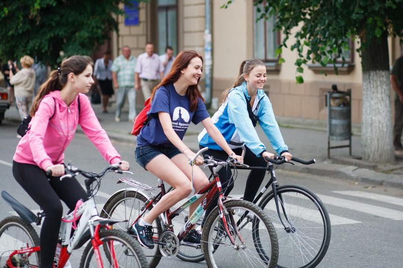 Учасницям  велопараду дозволено вдягати тільки віночки, сукні і спідниці
