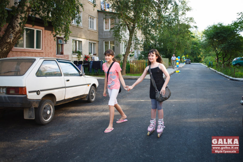 В Івано-Франківську повністю облаштовано ще один двір. Хоч Казначейство блокувало кошти і ремонтні роботи трохи затягнулись, результат вийшов відмінний