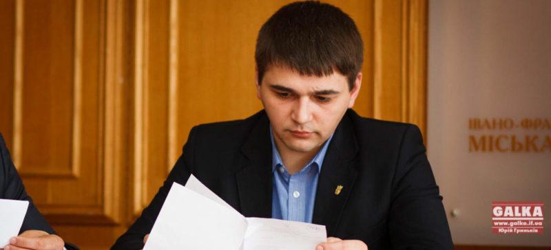 Анушкевичус звинуватив «Свободу» у відсутності патріотизму. «Свобода» каже, що мер не говорить всю правду і піариться