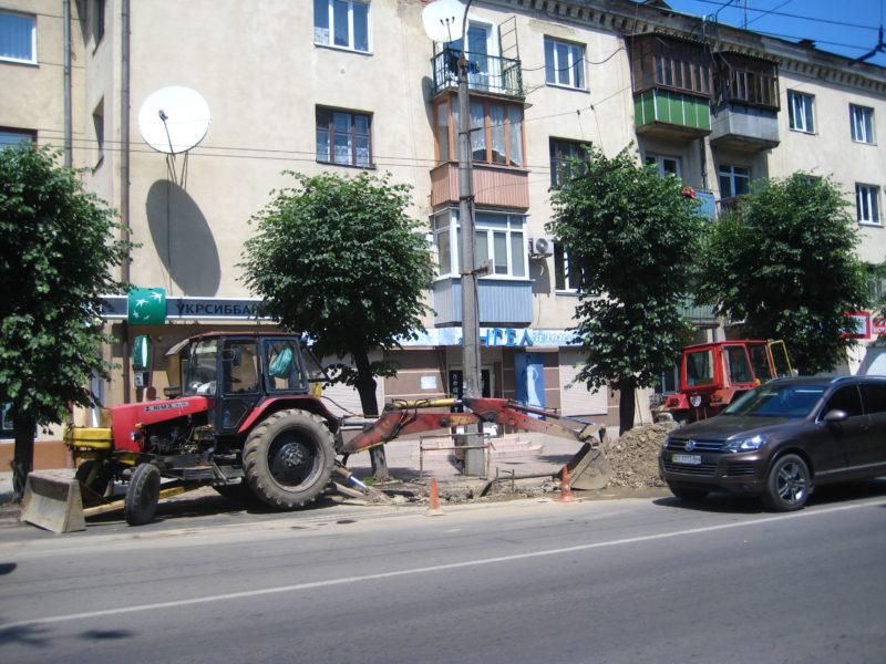 На вулиці Василіянок ремонтують труби водопроводу