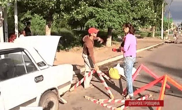 У Дніпродзержинську двоє друзів розпочали ремонт міських доріг самотужки