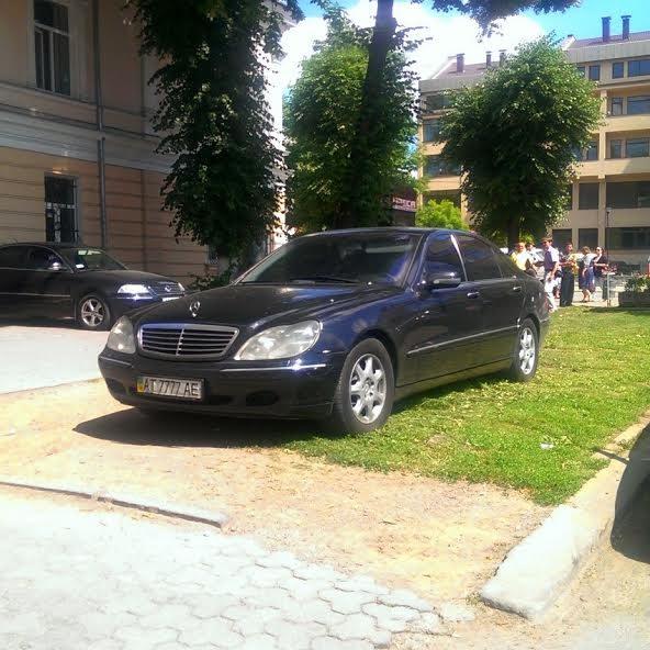 Романюка спіймали на неправильному паркуванні. Депутат каже, що просто вимушений був припаркуватися у невстановленому місці