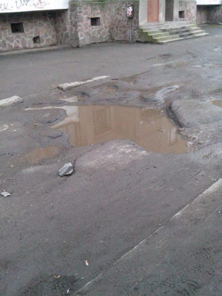 Франківці подякували владі за те, що вона дала команду позасипати ями на вулиці Рєпіна