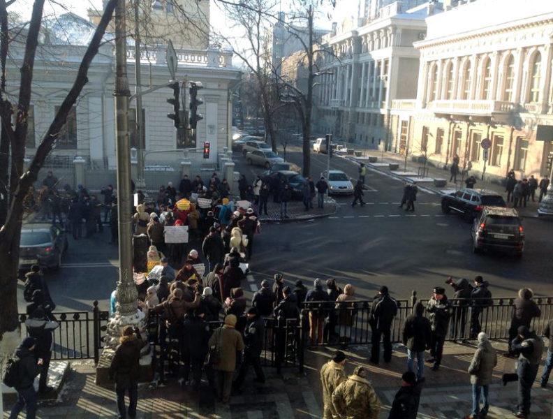 Жертви-вкладники VAB-банку мітингують під Верховною Радою