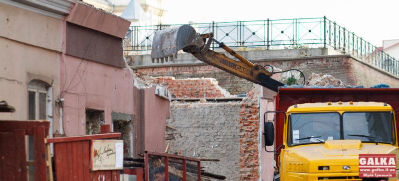 Архітектура сподівається, що у зруйнованому будинку біля Бастіону просто перекривають дах