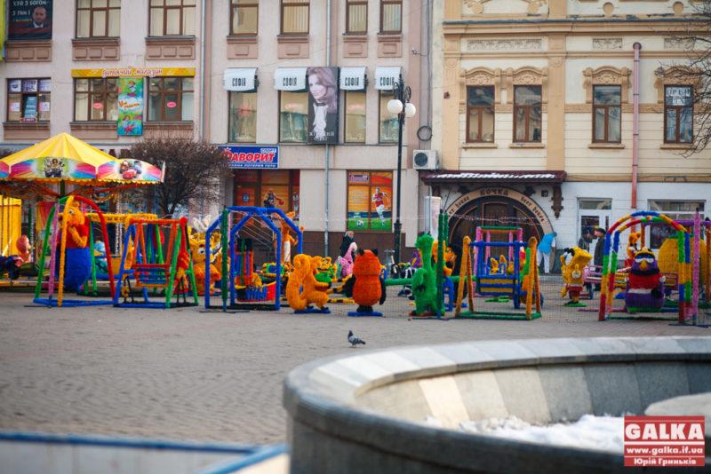 Скандальні атракціони біля Ратуші досі не забрали (ФОТО)