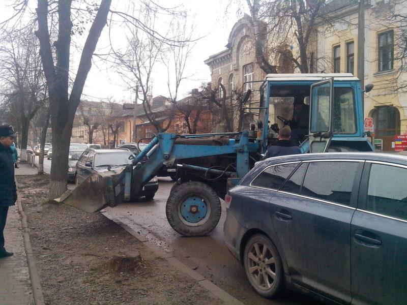 Біля незаконної будови на Короля Данила знову конфлікт: приїхала міліція (ФОТО+ВІДЕО)