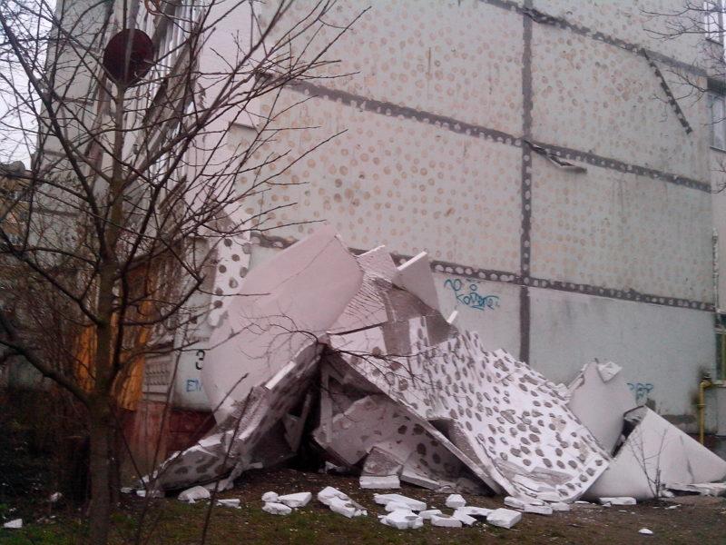 Утеплення на Целевича обвалилося через стару фарбу на будинку: виконавець робіт