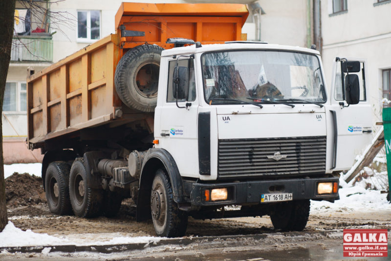 Скандальний котлован під незаконне будівництво на Короля Данила таки засипають (ФОТО)