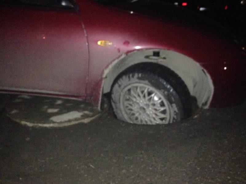 На Пасічній автівка провалилася у каналізаційний люк (ФОТО)