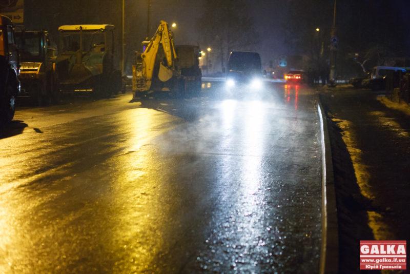 Мокрий сніг не завадив завершити прокладку асфальту на Набережній (ФОТО)