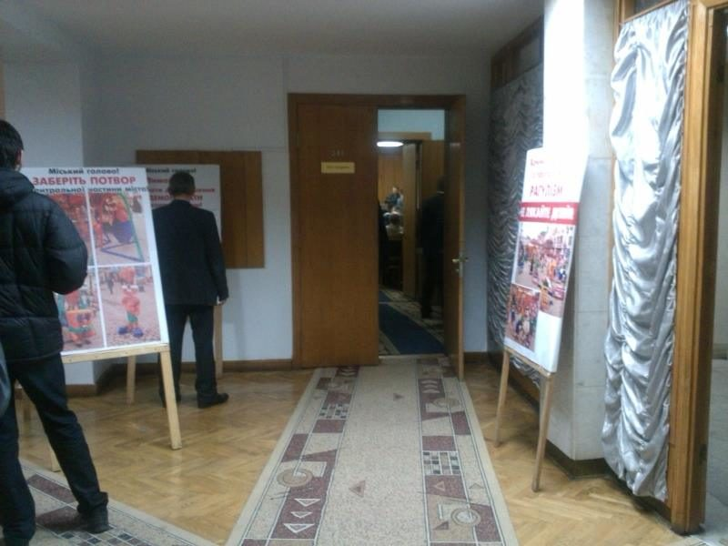 Обурені атракціонами сумнівної привабливості та безпеки біля Ратуші влаштували пікет в мерії (ФОТО)