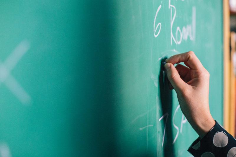 Громада вимагає притягнути директора школи до відповідальності. Він каже, що має зв'язки (ВІДЕО)