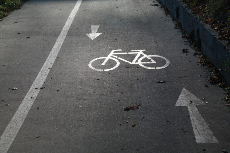 Франківським велосипедистам пояснили, що на набережній і не мало бути велодоріжки