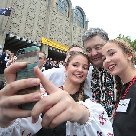 Порошенко у вишиванці робив селфі з українцями в Австралії. ФОТО