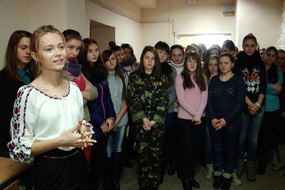 Івано-Франківські студенти сплели військовим маскувальну сітку (ФОТО)