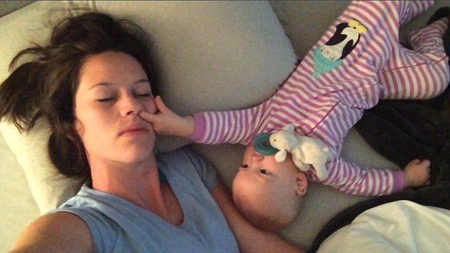 Немовля, яке настирливо будить маму, підкорило Інтернет
