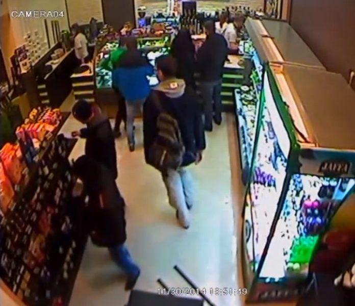 Камера відеоспостереження зафіксувала нахабну крадіжку в кав'ярні Франківська (ВІДЕО)