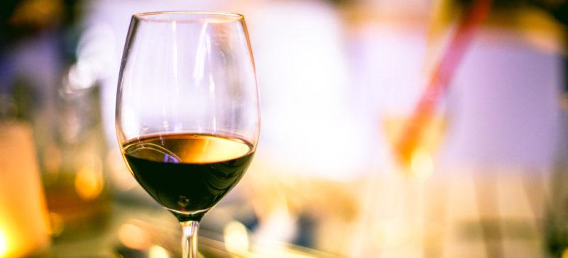 В Італії почали використовувати «винні вікна» для продажу напоїв. Раніше їх використовували під час епідемії чуми  (ФОТО)