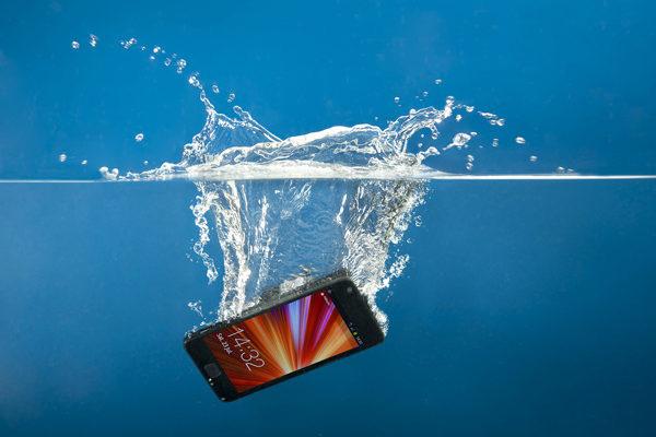 """Як врятувати """"втоплений"""" телефон"""
