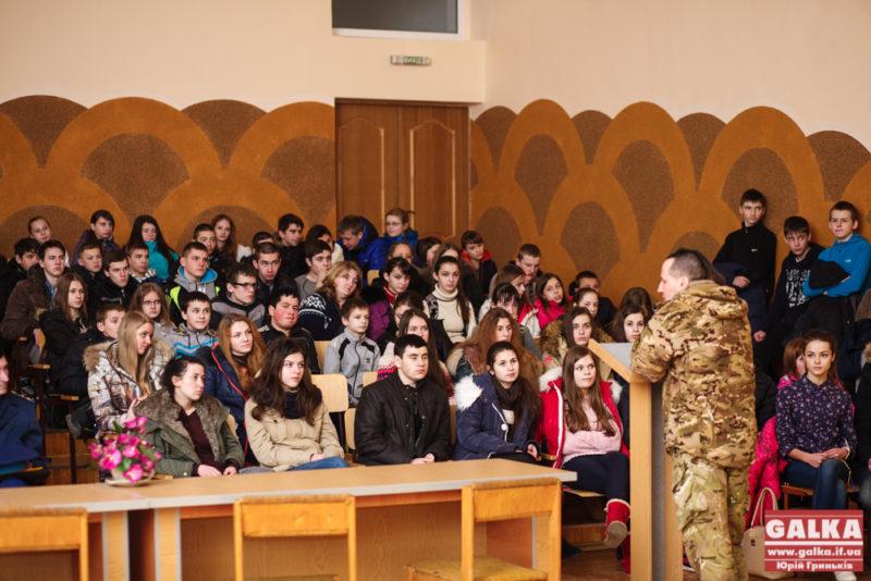 """Відверто про війну: учні 25 школи зустрілися з бійцем батальйону """"СІЧ"""" (ФОТО)"""