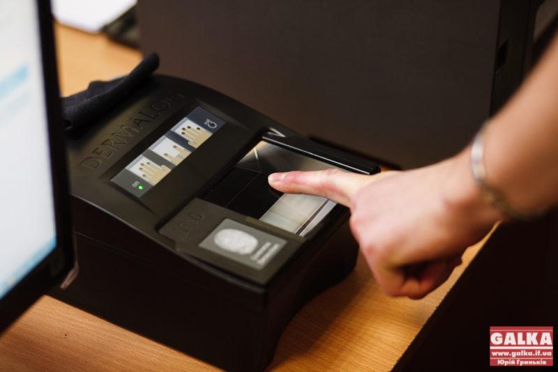 Біометричні паспорти, паспорт, міграційна служба_8955, відбитки