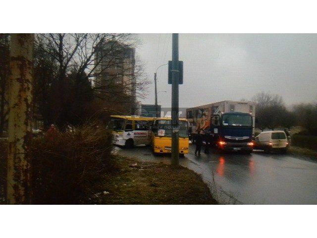 В Івано-Франківську масштабне ДТП – в аварію потрапили вантажівка і маршрутки (ФОТО)