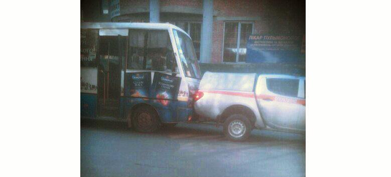 В центрі міста маршрутка врізалася в авто рятувальників (ФОТО)