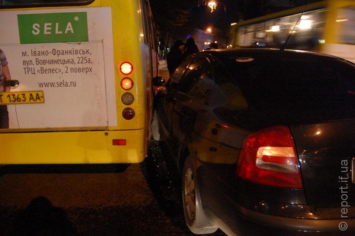 В центрі Франківська зіткнулися дві маршрутки та легковик (ФОТО)