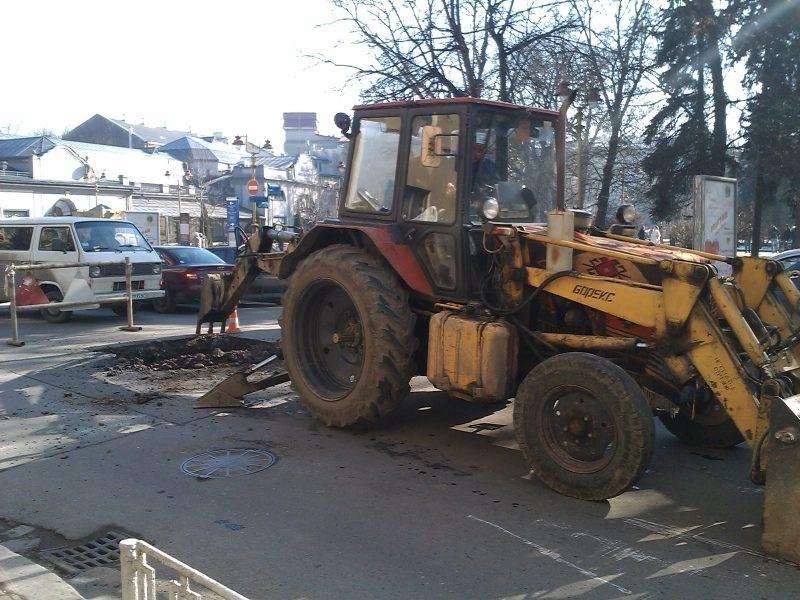 Комунальники взялися за розкопки на перехресті у центрі міста – рух машин ускладнений (ФОТО)