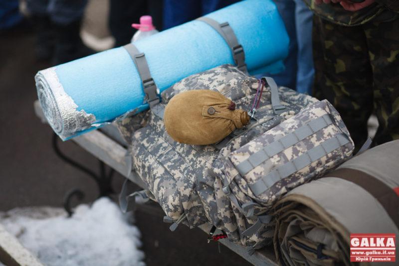 Близько десятка мобілізованих відправилися на військові навчання з Надвірнянщині. Серед мобілізованих – жінка-доброволець (ВІДЕО)