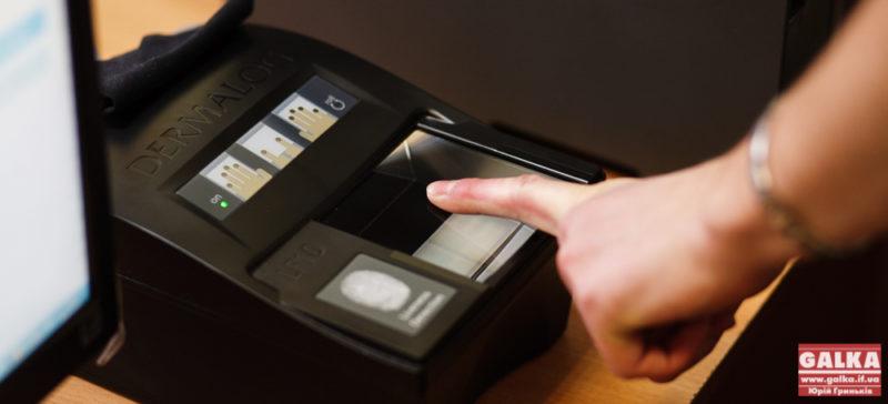 Власники біометричних паспортів все одно мають здавати відбитки пальців для Шенгенської візи