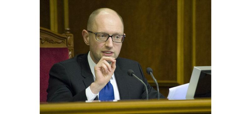 Яценюк рятує рейтинг: обіцяє субсидії усім, а розбиратися буде потім