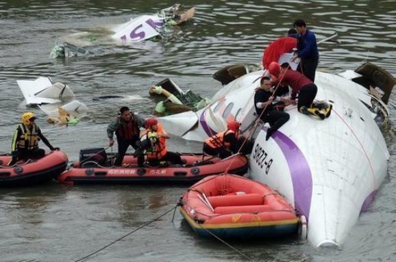 У Тайвані пасажирський літак впав в річку просто посеред міста (відео)