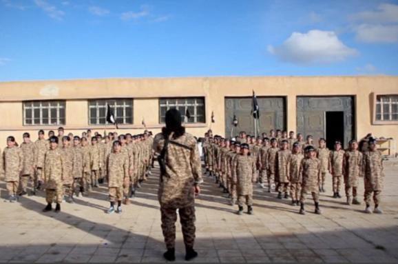 """Терористи """"Ісламської держави"""" оприлюднили відео з тренувального табору для дітей"""