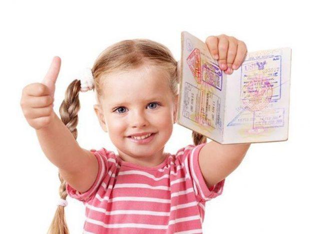 Українським дітям виготовлятимуть закордонні паспорти з народження