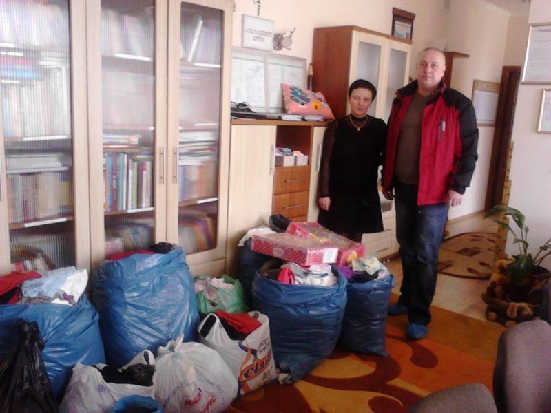 Волонтери передали малечі із дитячого будинку одяг