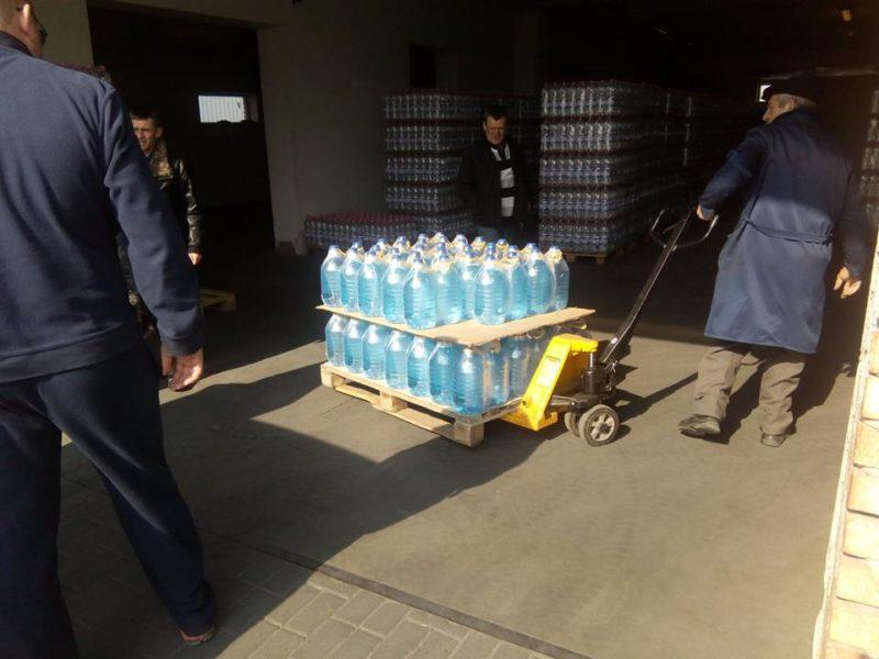 Волонтери відправили до шпиталю тонну мінеральної води