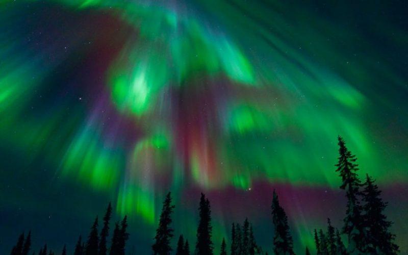 У Мінську, Гельсінкі та Санкт-Петербурзі на небі виникло полярне сяйво (відео)