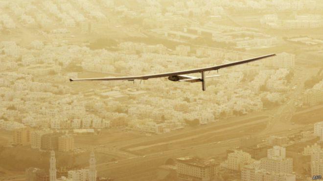 Літак на сонячних батареях вирушив у першу навколосвітню подорож
