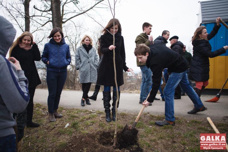 Біля міського озера посадили двадцять нових дерев (ФОТО)