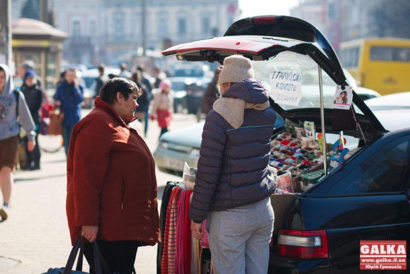 Бізнес по-франківськи: італійськими колготами торгують просто з багажника машини (ФОТОФАКТ)