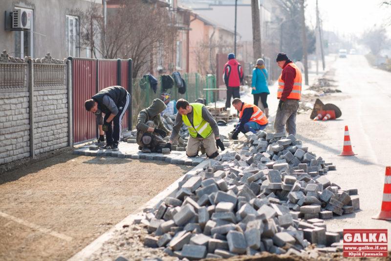 На Сагайдачного завершують роботи з брукування тротуарів (ФОТО)