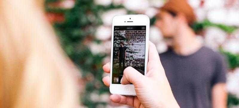 На Гавайських островах прийняли закон, який забороняє пішоходам дивитися в телефони