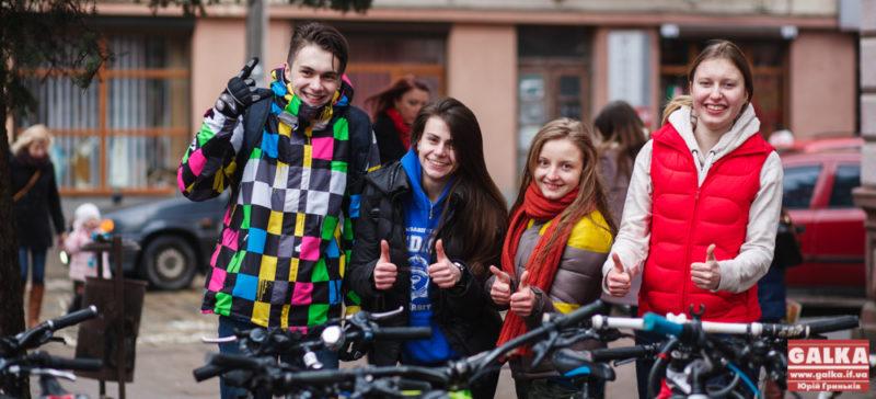 Біля Медуніверситету відкрили нову велопарковку (ФОТО)